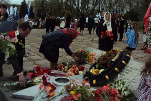 Возложение цветов к мемориалу погибшим воинам