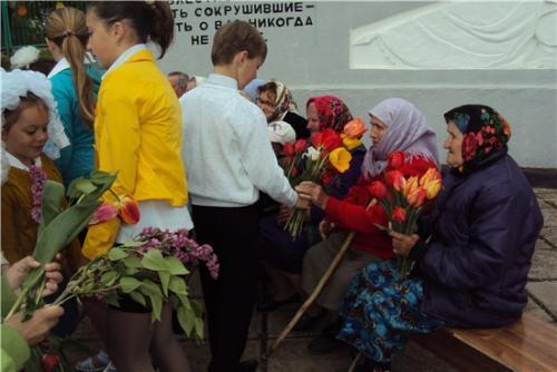 Вручение цветов вдовам ветеранов ВОВ